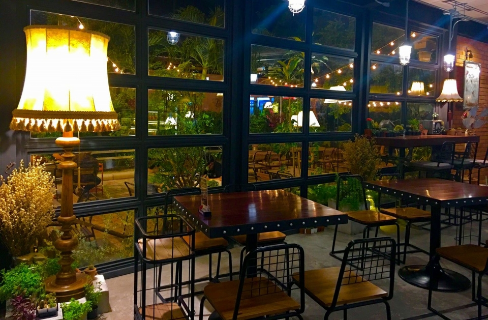 Hippo Cafe and Restaurant ชลบุรี